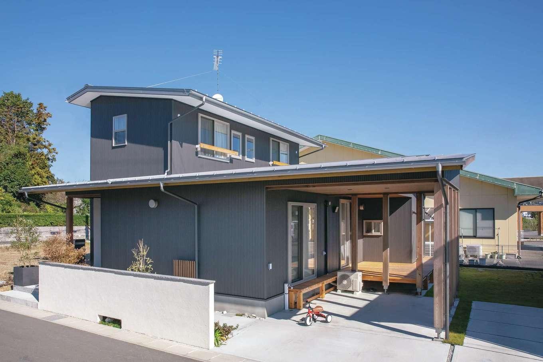 新栄住宅【収納力、和風、間取り】ガレージの屋根と一体型の外観。ガルバリウム・塗り壁・天然木がバランスよく調和して落ち着いた雰囲気に。アプローチには、南天、金木犀、紅葉を植えて