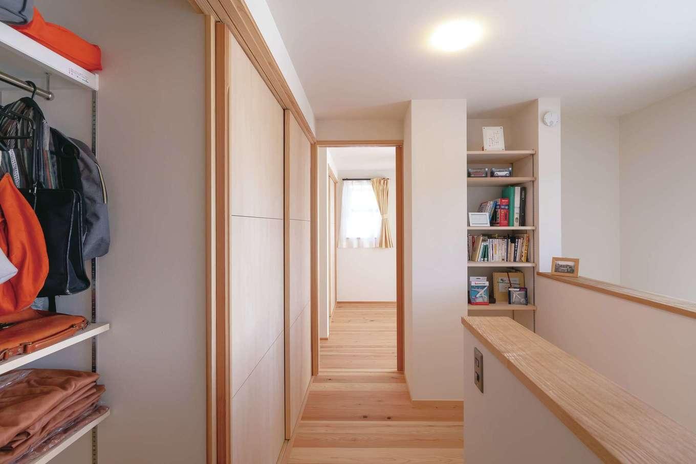 新栄住宅【収納力、和風、間取り】デッドスペースを実にうまく使い、収納スペースを設けた2階フロア。表情豊かな床は天竜杉