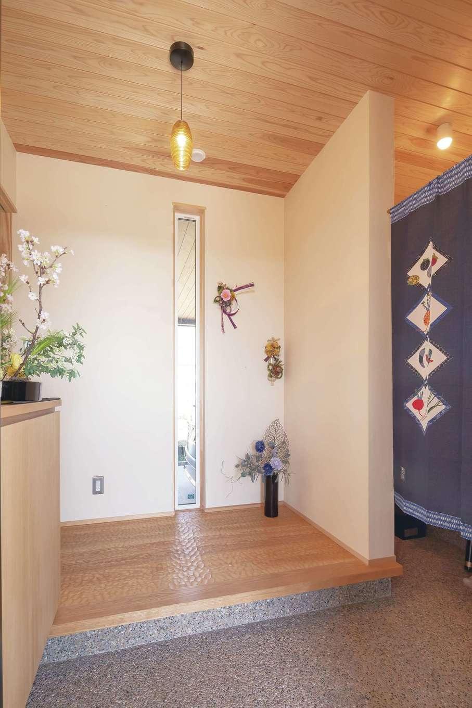 新栄住宅【デザイン住宅、子育て、間取り】玄関を開けるとゆとりの土間収納。ホールの床材は、同社のモデルハウスでもおなじみのスプーンカット仕様