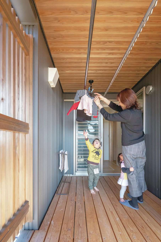 新栄住宅【デザイン住宅、子育て、間取り】和室の前からぐるりとL字型につながるインナーテラスは洗面脱衣室からも直結。天候を気にせず洗濯物を干せるので、共働き奥さまは大助かり