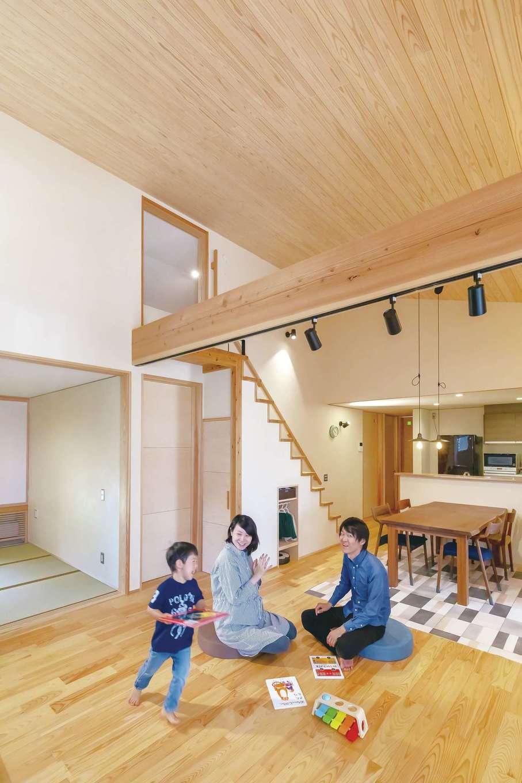 新栄住宅【自然素材、間取り、平屋】勾配天井を採用したことで、平屋とは思えない開放感を実現。階段を上がると、広〜いロフトにつながる。あずみの松の床と天竜杉の天井の経年変化も楽しみ