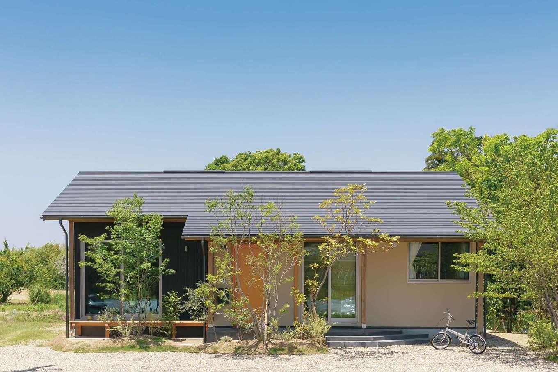 """新栄住宅【自然素材、間取り、平屋】""""森の中の一軒家""""という表現がぴったりのS邸。コンパクトに見える外観と開放的な室内とのギャップが面白い"""