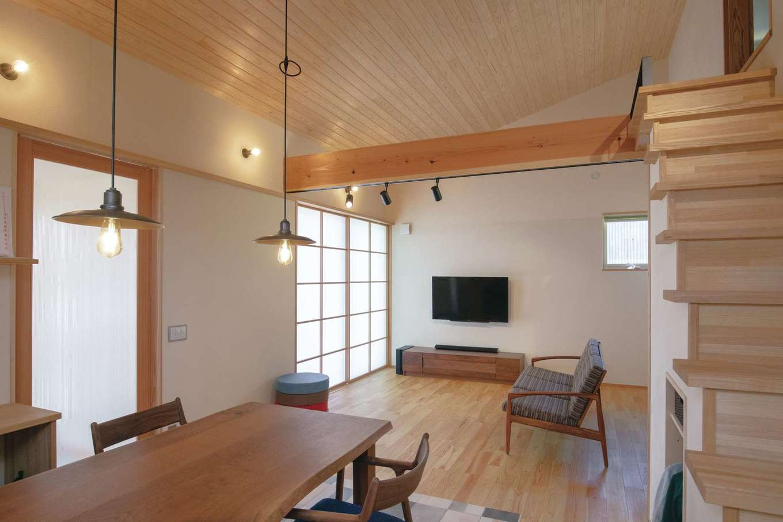新栄住宅【自然素材、間取り、平屋】20畳を超えるリビングダイニング。大きな窓にはカーテンではなく障子を採用し、和の雰囲気を演出。ウォールナットの家具は提携の家具工房でセレクトした