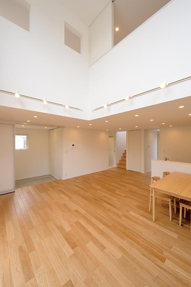 廊下は一切なく、玄関を入るとすぐにLDKへつながるようレイアウトし、空間を最大限に活用。吹き抜け上部の窓や開口部を通して、1階と2階の一体感も生まれている