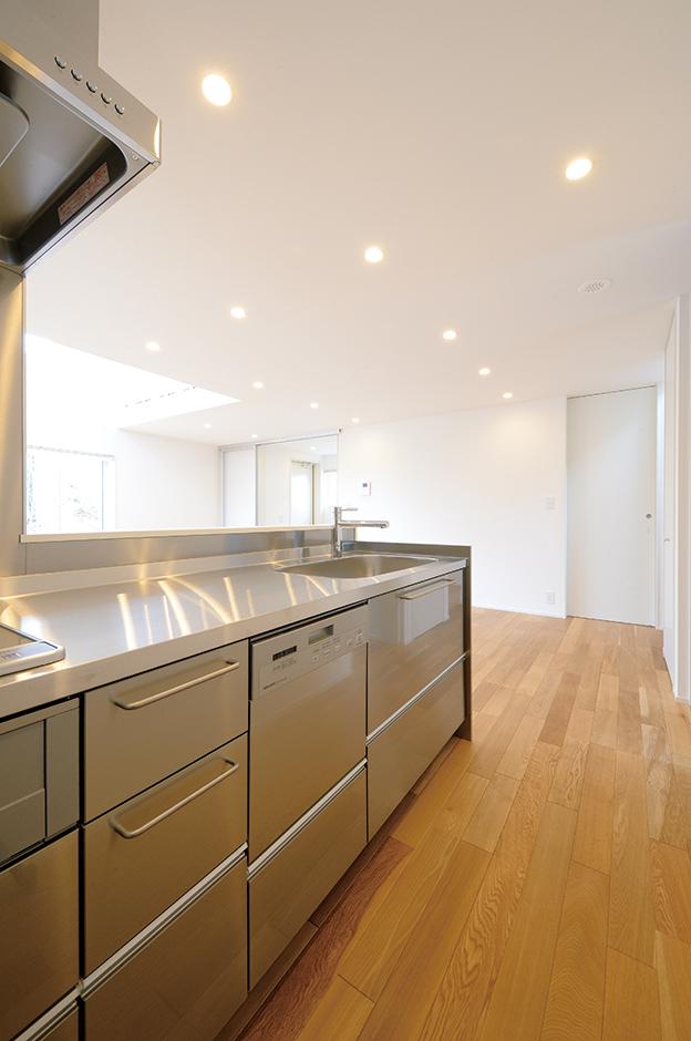 『無印良品の家』オリジナルのステンレスキッチンは、デザイン性、機能性に優れ、メンテナンスもしやすい。キッチン背後には広々としたパントリーが備わり、余計なものを見せずスッキリ収納できる