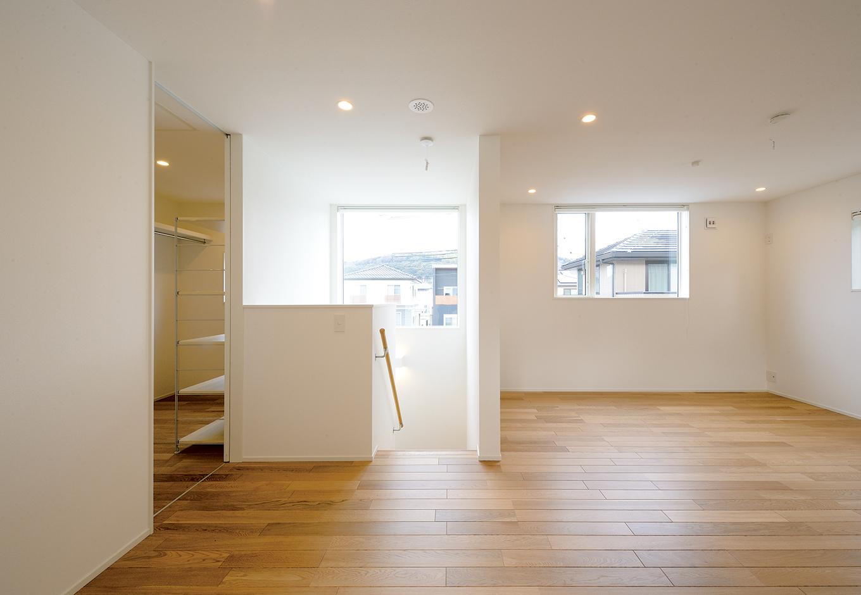 2階居室は仕切らず、子どもが大きくなったら個室を作る予定。向かって左側はウォークインクローゼット