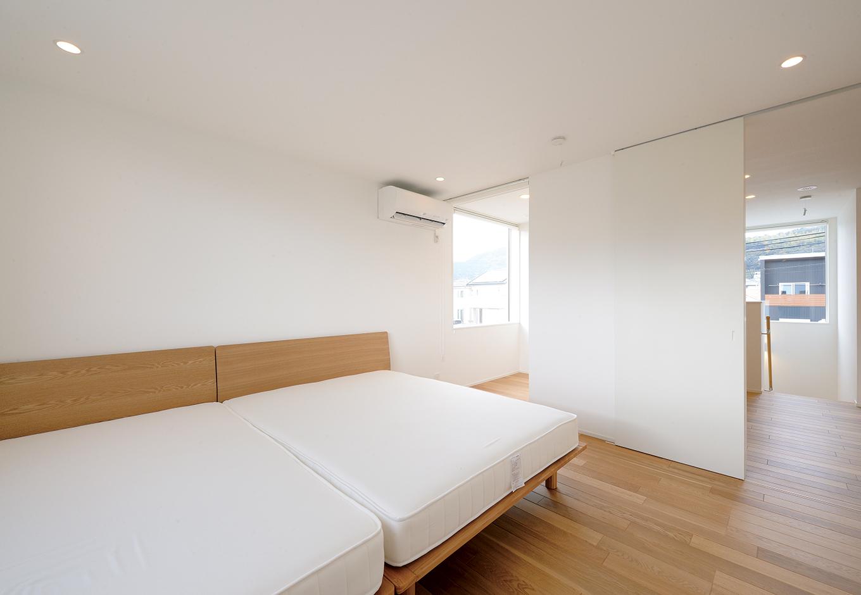 寝室では、セミダブルとダブルベッドをつなげ、家族4人が一緒に眠る。左奥にはご主人の書斎を用意