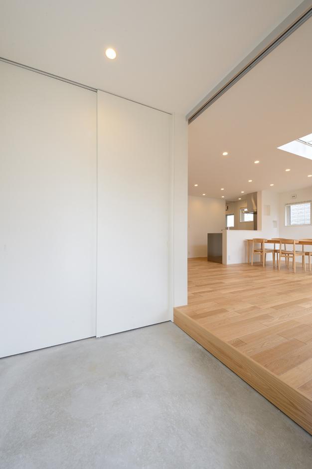 LDKに 面したコンクリートの玄関土間が、屋外と室内をゆるやかに結ぶ。汚れが目立ちにくく、掃除しやすい利点もある