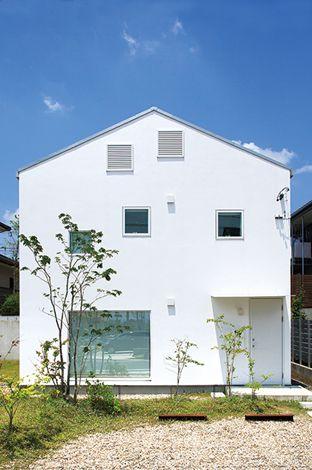 無印良品の家(インフィルプラス)【デザイン住宅、省エネ、間取り】ご夫婦がめぐり合った理想の外観がこちら。三角屋根と四角い窓は、まさに家らしい家の姿