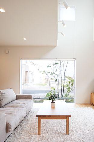 無印良品の家(インフィルプラス)【デザイン住宅、省エネ、間取り】【窓の家】を象徴するリビングの大きなピクチャーウィンドウ。外の風景を絵のように切り取っている