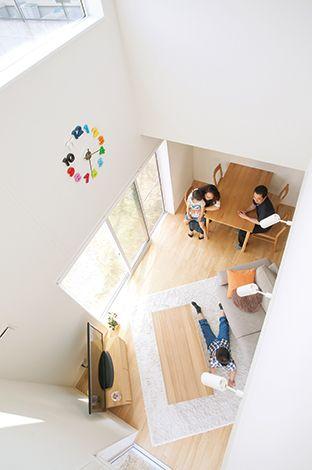 無印良品の家(インフィルプラス)【デザイン住宅、省エネ、間取り】2 階の子ども部屋からのぞいた風景。ムダな壁や建具がなく、家全体がほどよく繋がっている