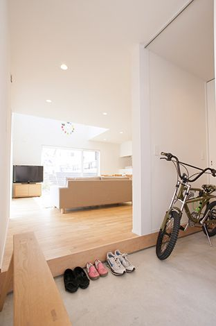 無印良品の家(インフィルプラス)【デザイン住宅、省エネ、間取り】玄関横の土間収納には趣味のバイクや子どもの小物がたっぷり入る