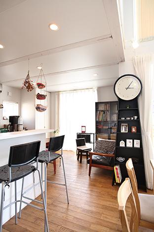 キッチンカウンターは忙しい朝食時に大活躍。大きな収納兼時計はA邸のシンボル的存在