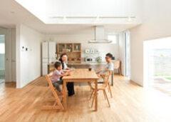 シンプルな家族の暮らしと景色をつなぐ「窓の家」