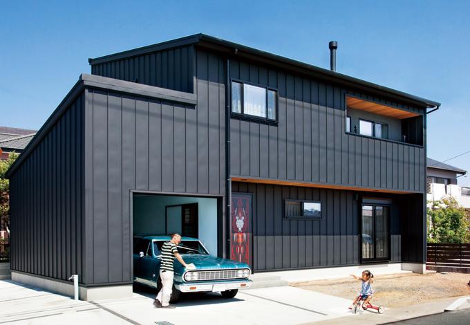 外壁材には本来屋根材として使用するガルバリウム鋼板を採用し骨太な