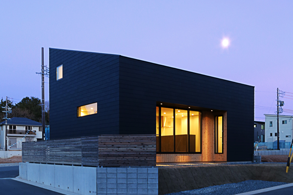 マットブラックの外壁と片流れ屋根