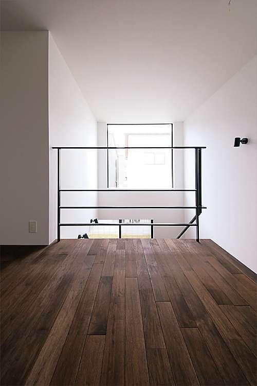 2階のフリールームから階段と高窓を眺める。将来は仕切って子ども部屋にすることも可能