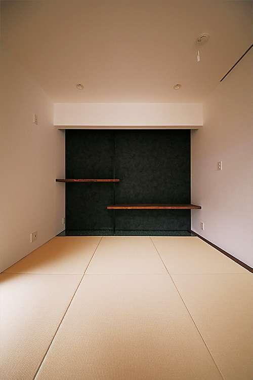1階の和室。違い棚を宙に浮かぶようなイメージにしつらえた。違い棚の下に位置する床は、玉砂利を敷きつめてガラス張りに