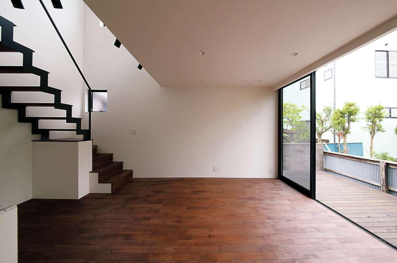 インフィルプラス【デザイン住宅、狭小住宅、間取り】LDKの南面には床と同じ高さでデッキを設置。窓を開け放てば、リビングと一体化し、より広がりのある空間に