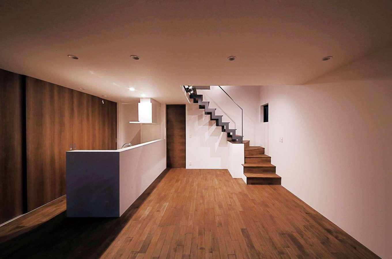 インフィルプラス【デザイン住宅、狭小住宅、間取り】無垢の床の素材感が照明に映える夜のLDK。こうした照明のあしらい方も同社の強み