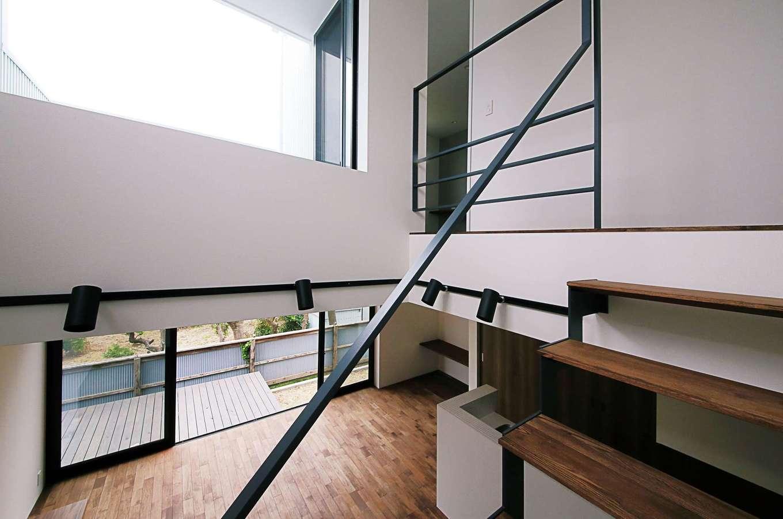 インフィルプラス【デザイン住宅、狭小住宅、間取り】大空間・大開口を可能とするSE構法により、コンパクトな敷地でも、掃出し窓や吹抜けの高窓など広々とした空間を実現した