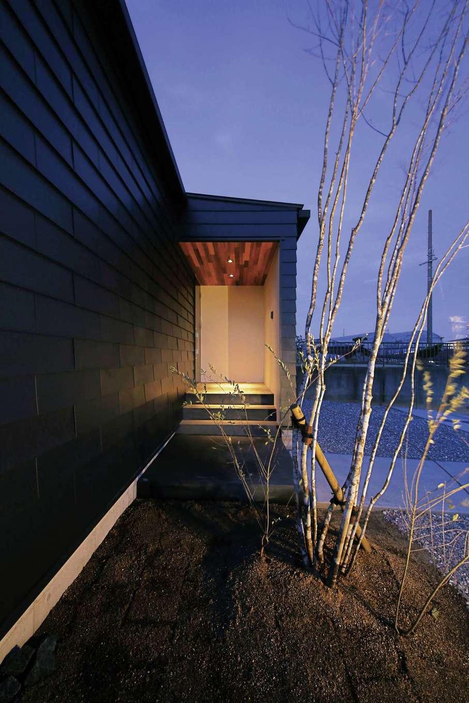 道路側からの視線を遮る壁を設けた玄関ポーチ。鎧張り風のガルバリウム鋼板の外壁は同社のオリジナル