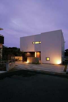 シンプルを極めた空間に 緑豊かな眺望が映える家