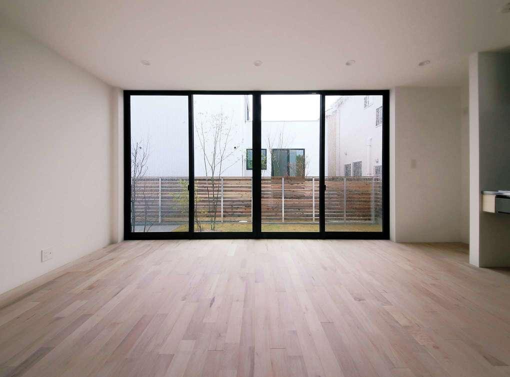 インフィルプラス【デザイン住宅、収納力、間取り】リビングに設けた4連の掃出し窓。窓を開け放てばリビングと庭が一体化して、いっそうの開放感を満喫できる
