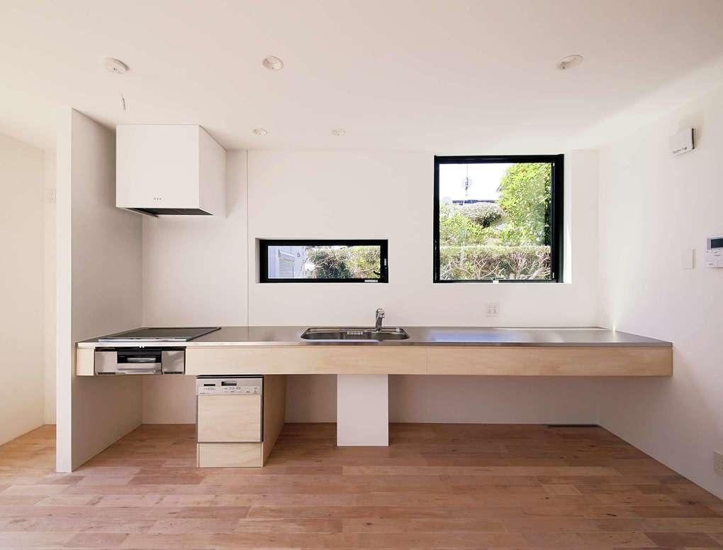 インフィルプラス【デザイン住宅、収納力、間取り】LDKに壁付けしたワイドなオリジナルキッチンは下部をオープンにしたシンプルなデザイン。「まさしく私が思い描いていた通りのキッチンです」と奥さまはご満悦