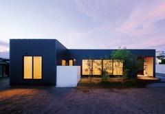 シンプルを極め、心地よさを追求した平屋のT字型の家