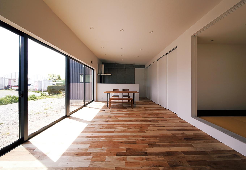 インフィルプラス【デザイン住宅、間取り、平屋】無駄なラインを削ぎ落とし、シンプルを極めた空間が視覚的な心地よさを創出する。 日当たりの良い敷地のためサッシを低くし、余白をとることで落ち着いたスペースに