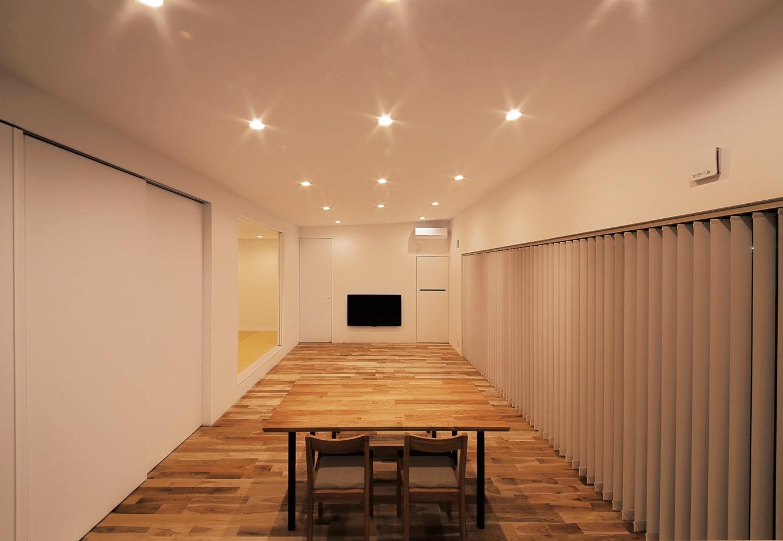 インフィルプラス【デザイン住宅、間取り、平屋】キッチンで使う冷蔵庫や電子レンジなどの電化製品や食器、ツール類は壁面の白い扉の奥に隠して収納。生活感を排除して美しい空間をキープ