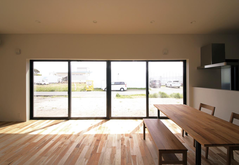 インフィルプラス【デザイン住宅、間取り、平屋】対面キッチンからはダイニングからリビング、小上が りまで室内全体が見渡せるだけでなく、大窓の先に広がる庭を眺めながら調理ができる