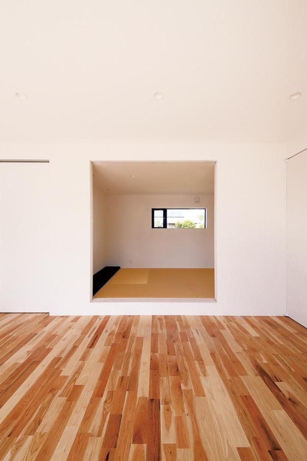 インフィルプラス【デザイン住宅、間取り、平屋】小上がりの和室。畳や床の間といった和の設えを踏襲しながらも、空間のラインを揃えてシンプルに仕上げたことで、室内全体のイメージと同化している