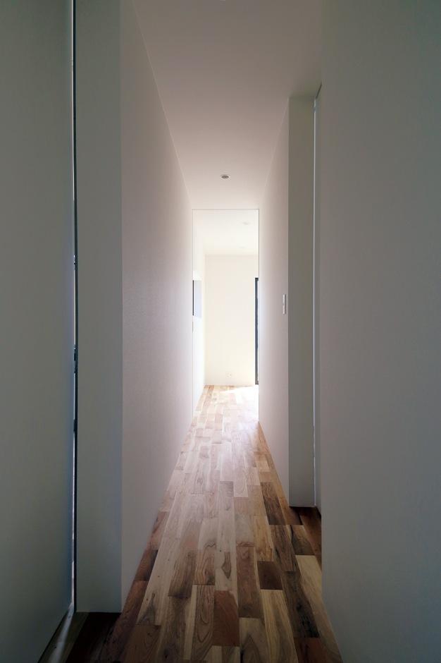 インフィルプラス【デザイン住宅、間取り、平屋】プライベートスペースとオープンスペースを仕切る廊下。LDKと洗面・浴室、各個室のすべてをつないでいる