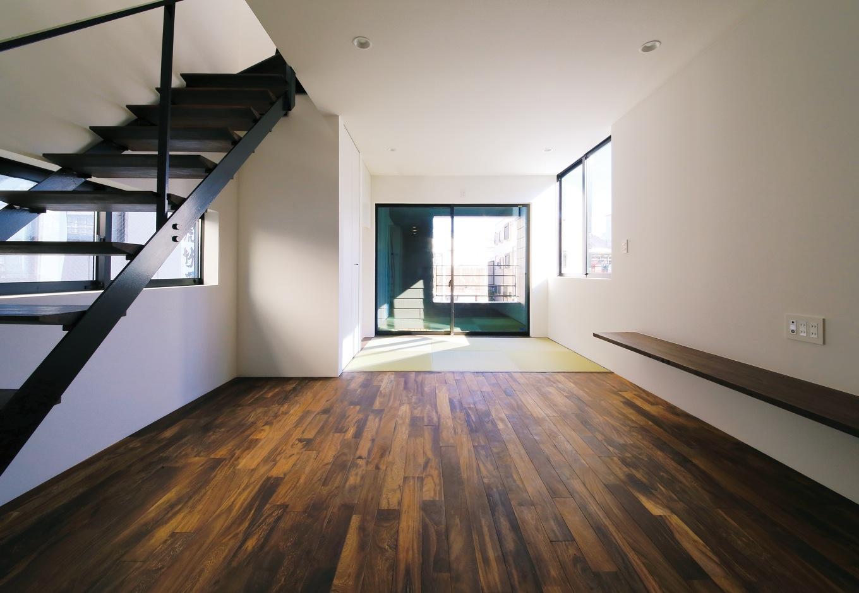 インフィルプラス【デザイン住宅、狭小住宅、インテリア】細長い空間を活かした2階のLDKは16 畳の広さを確保。圧迫感が出ないようにアイアンのスリット階段を採用し、続き間の和室も設けてある