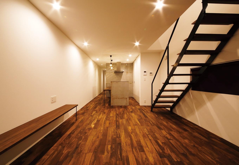 鉄刀木の無垢材の床が重厚で上質な空間を創出
