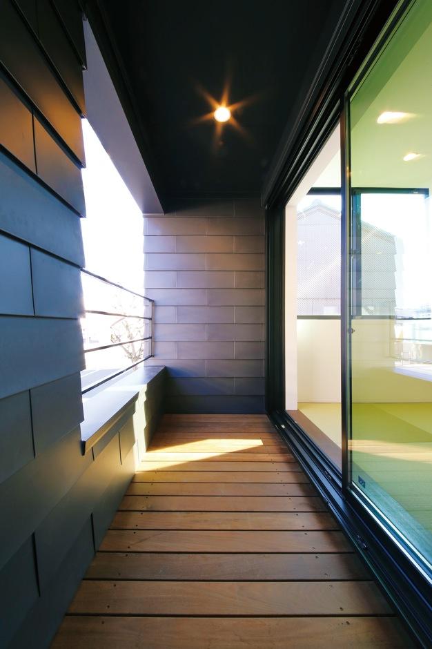 インフィルプラス【デザイン住宅、狭小住宅、インテリア】2階のLDKの窓の外にはウッドデッキのバルコニーを設置。周囲の視線を遮るために設 けた壁は外壁と同じ材で統一
