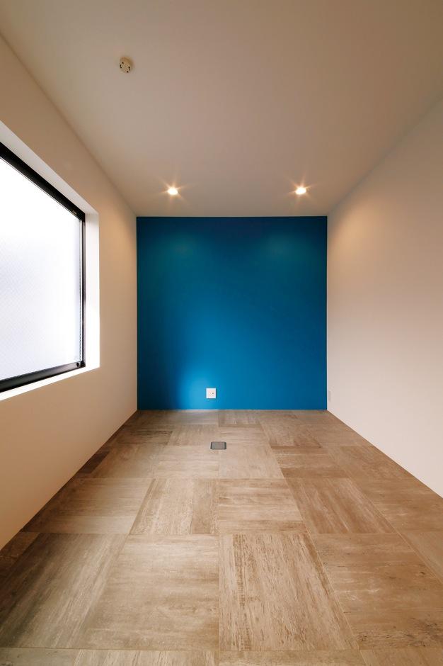 インフィルプラス【デザイン住宅、狭小住宅、インテリア】1階のネイルサロンのスペースは一部の壁をブルーにしてアクセントに