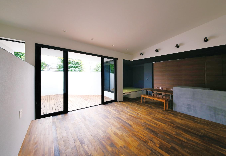 モノトーンの洗練された空気感を纏うフルオープンのLDK。 重厚な味わいの鉄刀木の床はとても堅くて、もともと濃い色なのでキズも目立たない