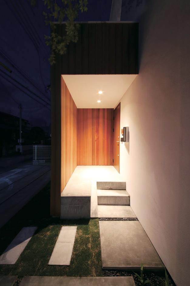 インフィルプラス【デザイン住宅、収納力、間取り】幾何学模様のように美しい夜の玄関ポーチ