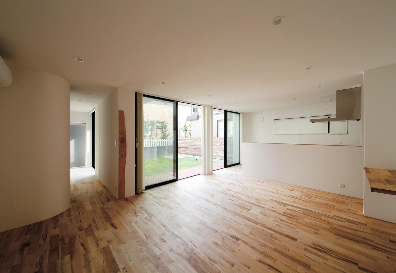 インフィルプラス【デザイン住宅、収納力、間取り】メープル材の床が白壁に映えるLDK。カウンターや階段も床材と同素材で統一