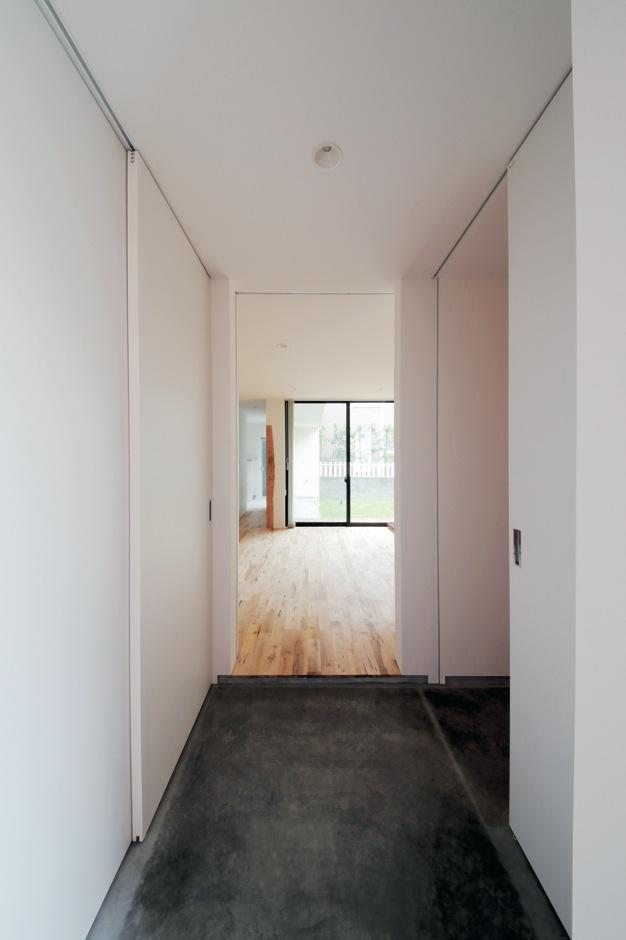 インフィルプラス【デザイン住宅、収納力、間取り】玄関の正面がLDK、左が土間収納、右がシューズクローク