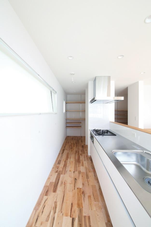 インフィルプラス【デザイン住宅、収納力、間取り】パントリーに隣接したキッチン。回遊式の動線で家事も楽々