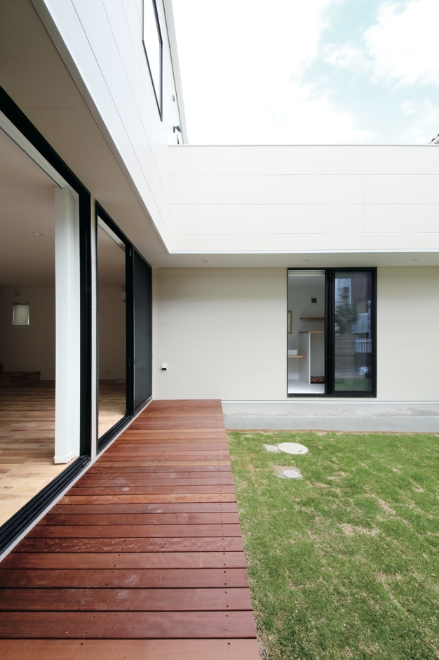 インフィルプラス【デザイン住宅、収納力、間取り】プライベートガーデンにはウッドデッキを設置
