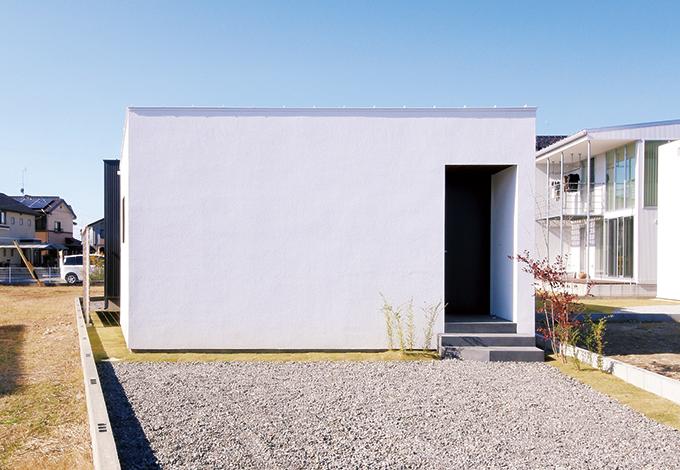 インフィルプラス【デザイン住宅、狭小住宅、平屋】道路に面したファサードには1つも窓を設けず、 周囲の視線を遮っている