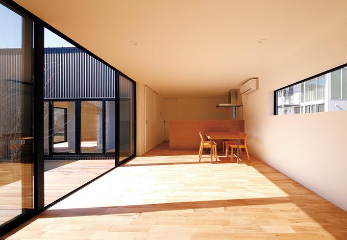 インフィルプラス【デザイン住宅、狭小住宅、平屋】広い開口部から日が燦々と注ぐLDK。ファサードには開口部を設けていないが、室内がパティオを中心にコの字型に構成 されているので、全室が明るく開放的