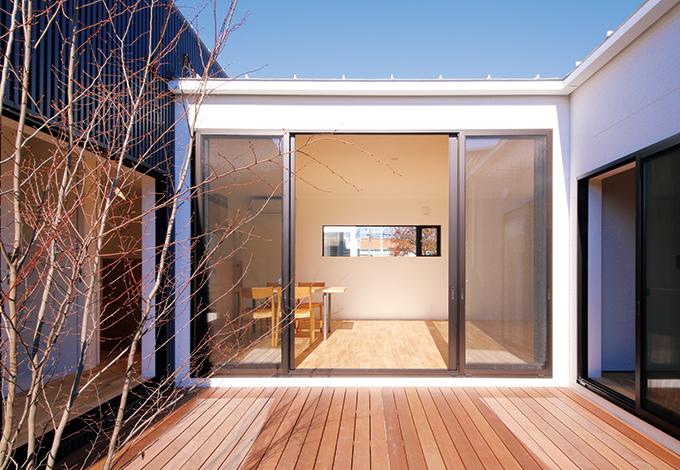 インフィルプラス【デザイン住宅、狭小住宅、平屋】デッキを通じてどの部屋も視線が通い、ひとつにつながる設えが、日々の暮らしの中で家族の絆を深く育んでいく