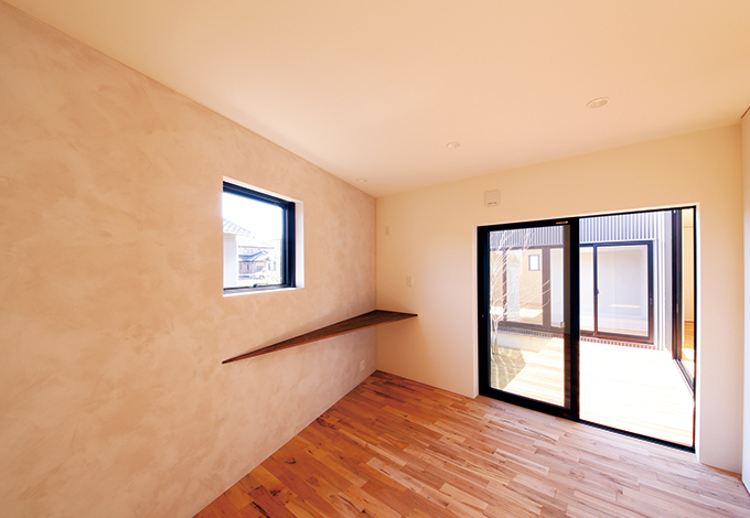 インフィルプラス【デザイン住宅、狭小住宅、平屋】主寝室の鋭角部分には無垢のカウンターを設置。正面から見た時にカウンターのラインがすっきりと見えるように、工夫を施してある