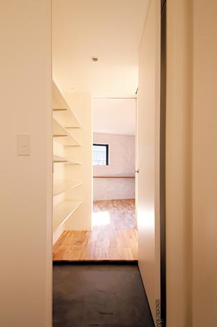 インフィルプラス【デザイン住宅、狭小住宅、平屋】土間にはシューズクローゼットと家族用の下足場があり、常に玄関を美しく保っておける。土間を通じて寝室にも直接出入りができる
